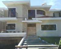 Projeto de casa em condomínio, fachada, sala de estar e interiores